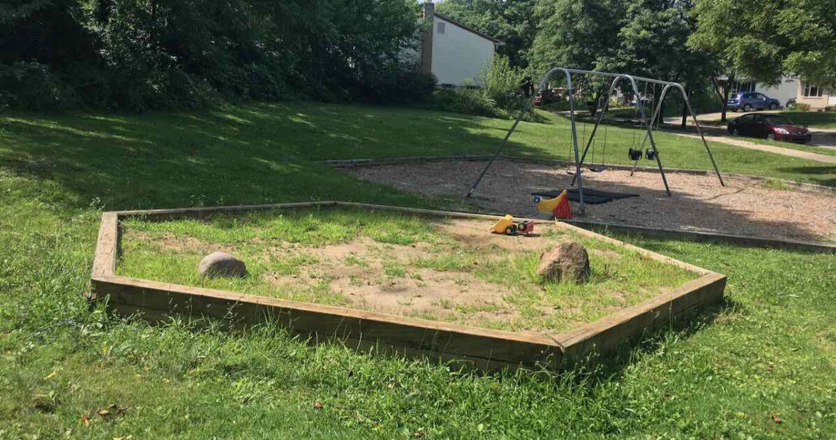 Winewood Thaler Swings & Sandbox
